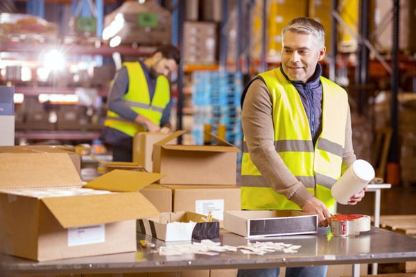 shipper packaging orders in a distribution center